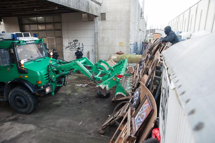 In den frühen Morgenstunden wird die Luftschlossfabrik von der Polizei geräumt.