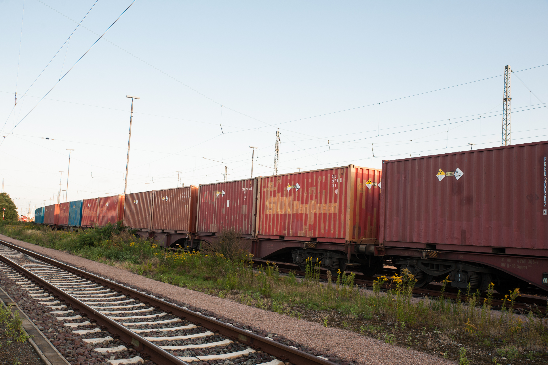 Atomkraftgegner_innen verhindern, mithilfe einer Ankettvorrichtung im Gleisbett, die Weiterfahrt eines Atomtransportes im Hamburger Hafen durch